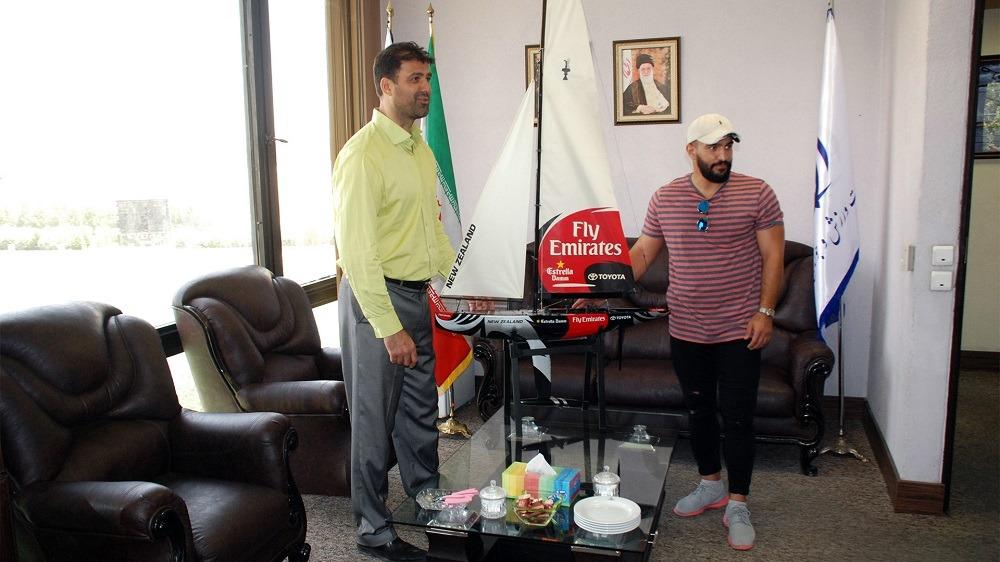 احمد احمدی جایزه مسابقات کاپ بادبانی را به فدراسیون قایقرانی اهدا کرد
