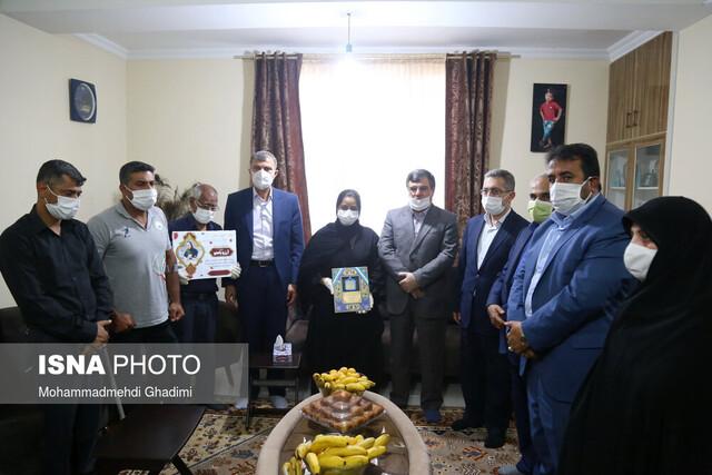 اسلام جاهدی مدال طلایش را به خانواده شهید سلامت اهدا کرد
