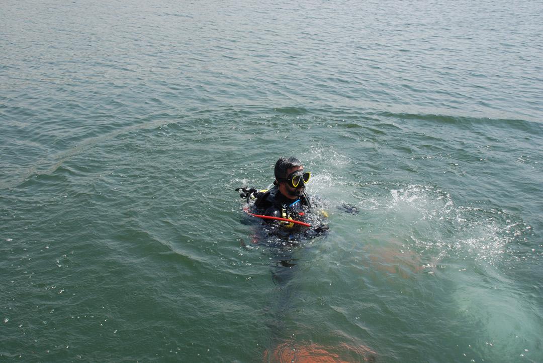 حضور رئیس هیات قایقرانی استان کرمان در بین غواصان عملیات پاکسازی دریاچه آزادی